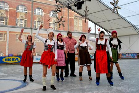 Das überdachte Stadtwerke Eisfestival auf dem Kieler Rathausplatz startet heute