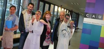 """""""Alles wird besser""""  Studierende und Angestellte der Kieler Chemie produzieren Film zur Laborsicherheit"""